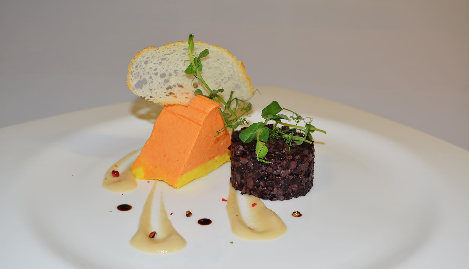 Savoury mousse with cracker and pulses