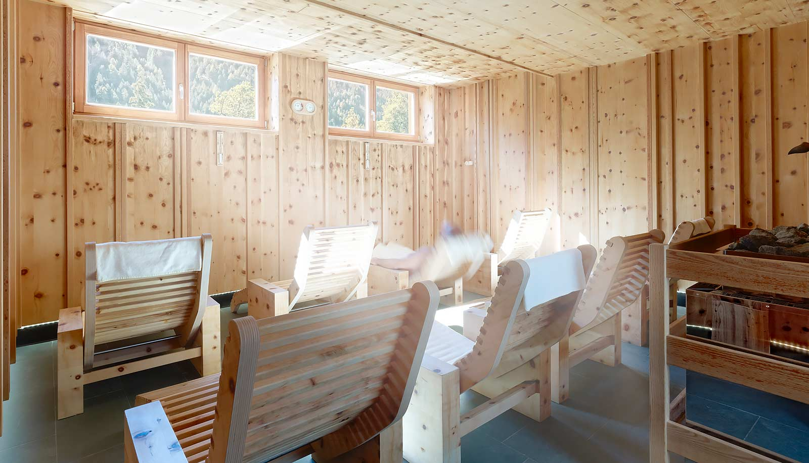 Sauna finlandese con lettini in legno all'Arosea Life Balance Hotel in Val d'Ultimo